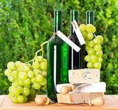 ワイン、ブドウ、チーズのボトル — ストック写真