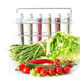Verduras y especias en la mesa de la cocina — Foto de Stock