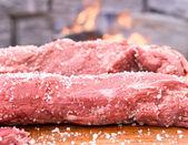 Vers rundvlees aan boord van klaar voor de barbecue — Stockfoto