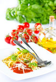 Italian pasta spaghetti with parmesan, fresh basil, olive oil an — Stock Photo