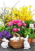 Bouquet of spring flowers with easter decoration — Stock Photo