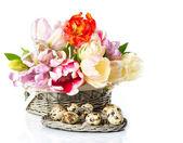 在与复活节彩蛋篮新鲜春季郁金香 — 图库照片