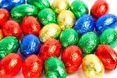 Czekoladowe jaja wielkanocne w kolorowych folii — Zdjęcie stockowe