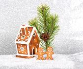 姜饼屋和姜饼男子在雪中 — 图库照片