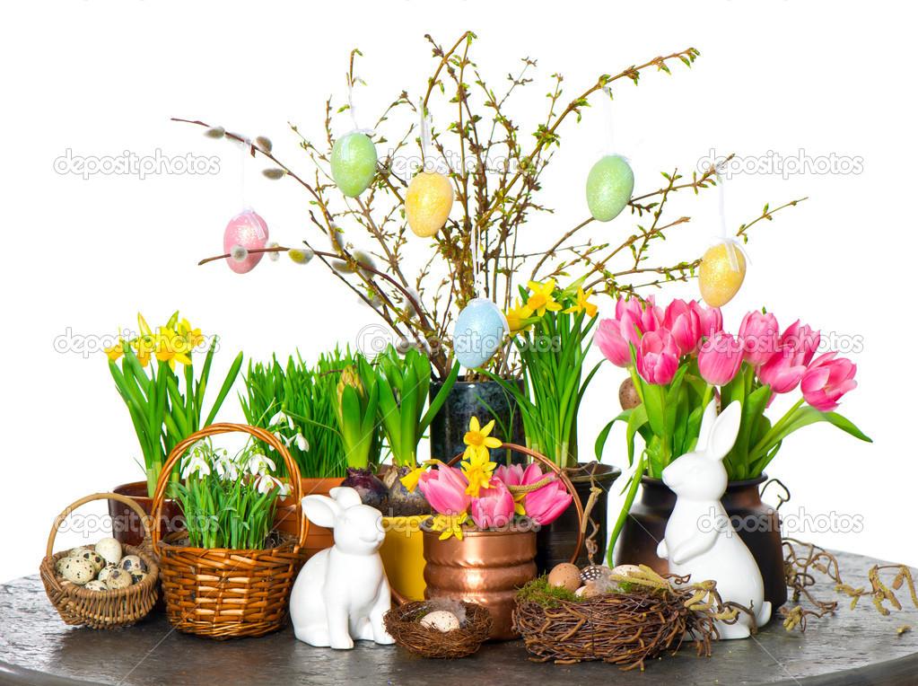 Flores de primavera con decoraci n de conejo y los huevos for Decoracion pascua