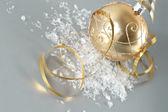 Złota piłka boże narodzenie z złoty serpentyna — Zdjęcie stockowe