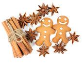 Cookies homme pain d'épice avec des étoiles d'anis et de bâtons de cannelle — Photo
