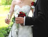 Wedding couple holding glasses of champagne — Stock Photo