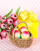 Paskalya yumurta pembe laleler ve hediye kutusu — Stok fotoğraf