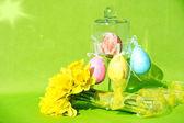 Renkli paskalya kompozisyon. çiçekler ve yumurta — Stok fotoğraf