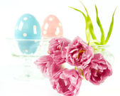 Easter decoration. spring flowers with easter eggs — Stock Photo