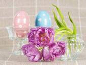 Easter decoration. spring flowers with ceramic eggs — ストック写真