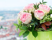 Beautiful roses bouquet on natural background — Stock Photo