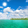Tropical island beach with cloudy sunny sky — Stock Photo