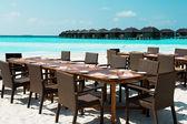 テーブルと椅子のエキゾチックなビーチ — ストック写真