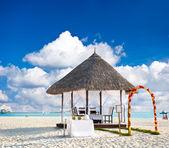 熱帯結婚式の場所。美しい青い空 — ストック写真