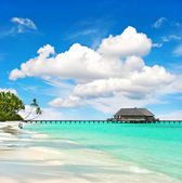 Landscape of tropical island beach with perfect sky — Stock Photo