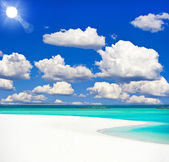 Tropical sand beach and cloudy blue sky — Stockfoto