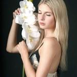 蘭の花とリラックスした美しい少女 — ストック写真