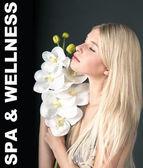 Młoda kobieta piękne kwiaty orchidei — Zdjęcie stockowe