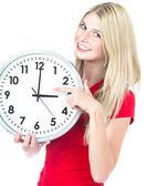 Bir saat tutan genç kadın. zaman yönetimi kavramı — Stok fotoğraf
