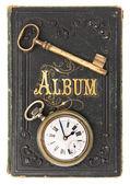 Vintage şiir albümü ile bırakamazsın anahtar ve saat — Stok fotoğraf
