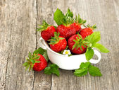 Fresh strawberries with leaves and flowers — Stock Photo