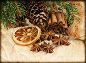 Weihnachtsdekoration mit zimtstangen und anis sterne — Stockfoto