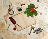古いアクセサリーやポストカード、ホーリーベリー — ストック写真