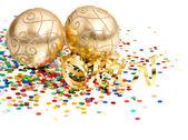 Bolas de navidad oro sobre confeti colorido — Foto de Stock