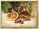 Kerstdecoratie met kaneelstokjes en anijs sterren — Stockfoto