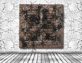 Pared agrietada y ventana de madera con araña negra — Foto de Stock
