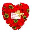 coração em forma de rosas vermelhas com fita dourada e cartão branco — Foto Stock