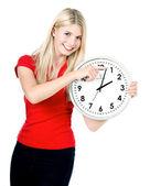 Jovem mulher segurando um relógio. gerenciamento de tempo — Foto Stock
