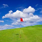 Campo da golf verde con cielo nuvoloso — Foto Stock