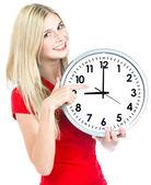 時計を保持している若い女性。時間管理の概念 — ストック写真