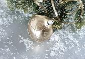 Gouden kerstmis bal met kerstboom branch — Stockfoto