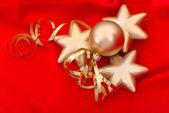 Bolas de navidad oro sobre fondo rojo de seda — Foto de Stock