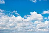 Mooie bewolkte blauwe hemel — Stockfoto