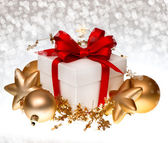 White gift box with red ribbon and golden balls — Foto Stock