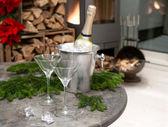 Slavnostní domácí dekoraci s šampaňským a krb — Stock fotografie