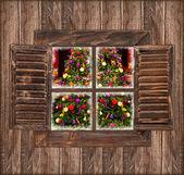 老式木制窗口与圣诞树 — 图库照片