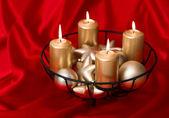 Decoración de la navidad con cuatro velas ardientes — Foto de Stock