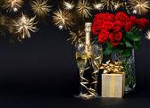 Fles champagne met gouden vuurwerk op zwart — Stockfoto
