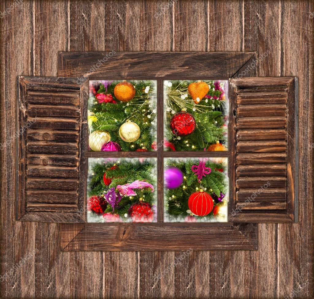 #B61A15 parede de madeira com janela e Natal decoração — Foto Stock  194 Janelas De Vidro Natal