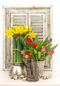 Home decoration with fresh spring flowers and easter eggs — Stock Photo