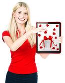 Giovane donna felice con carta regalo di tablet pc — Foto Stock