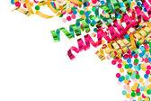 Färgglada konfetti med mångfärgade streamer — Stockfoto