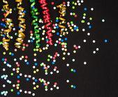 Colorida serpentina y confeti de papel negro — Foto de Stock