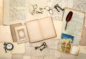Open travel diary book, picture from london, vintage accessories — Stock Photo